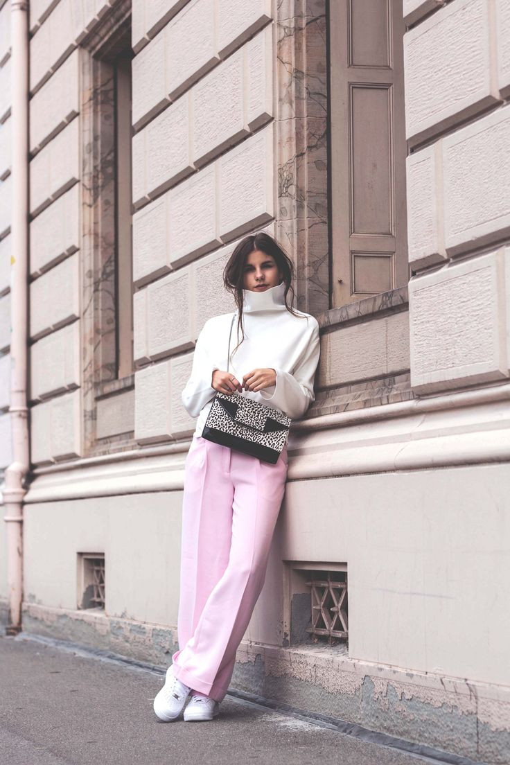 The-Fashion-Fraction-Nanushka-Saint-Laurent-Betty-Bag-Snow-Leopard-Nike-Sneakers-Pink-Pants-White-Turtleneck-Sweater-10