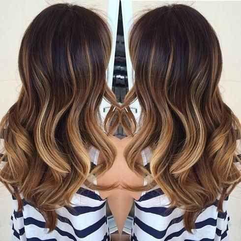 Fotos lindas de cabello ondulado al estilo ombré.