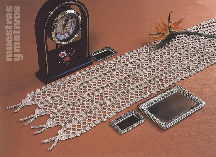 Camino de mesa tejido a ganchillo con acabado en cuatro for Camino de mesa a crochet