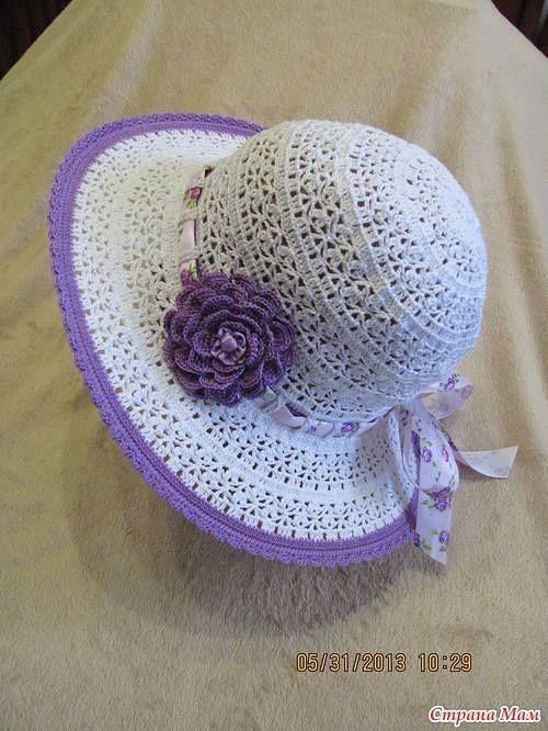 chapéu com flor roxa