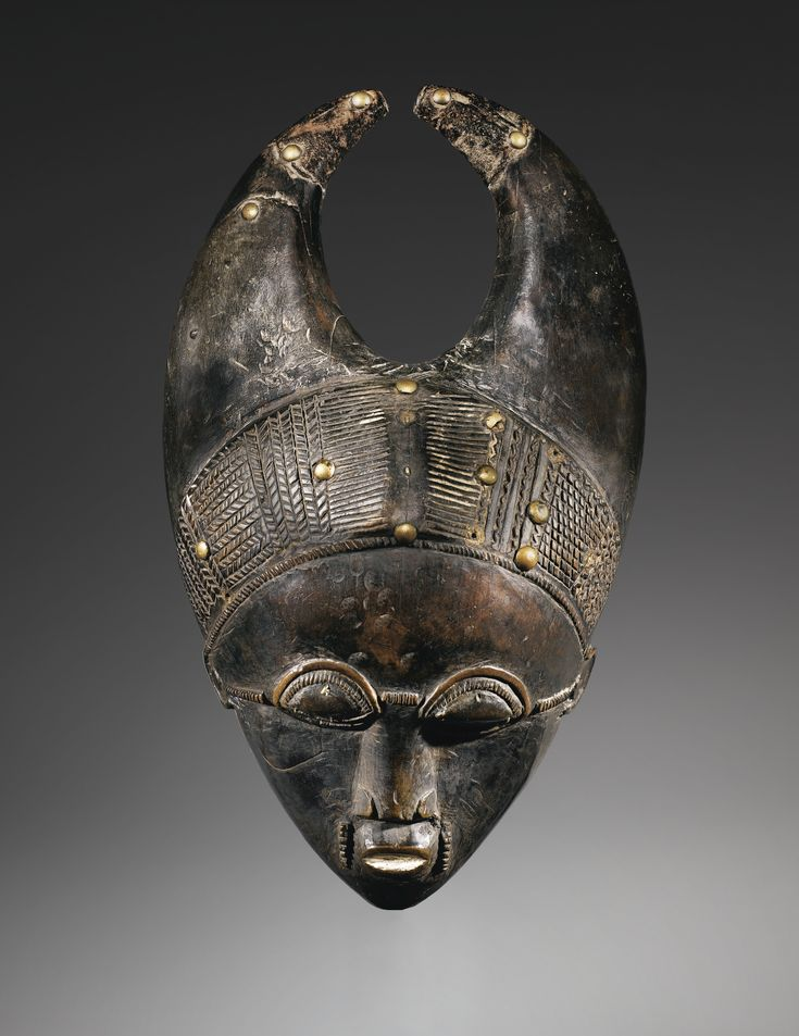 """Mask, Baule, Ivory Coast - Portraits masks Ndoma embody according to Susan Vogel (1997: 141-142) the fundamental Baulé style, considered by the artists themselves as """"the top of the Baulé sculpture, its most beautiful form of art."""" A sculptural mastery, specific to each artist and translated into each of its controls, is added to the particular case of masks portraits part of freedom allowing him to fully express the extent of his art. Bokanda from the region, the eastern borders of the…"""