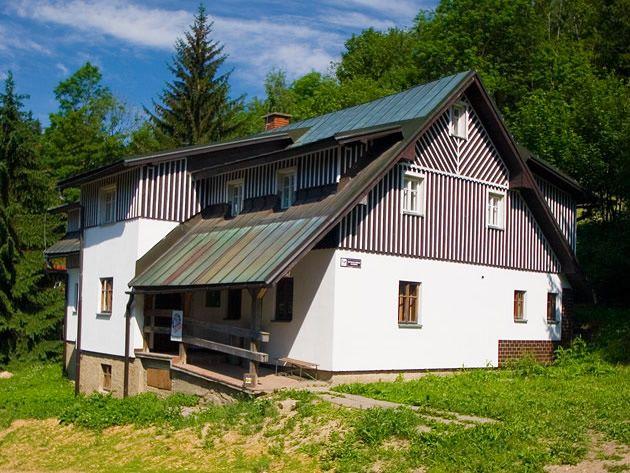 Horská chata Studánka na Sjezdovce  Ubytování v horské chatě, která je umístněna přímo na nejdelší sjezdovce v ČR dlouhé 3.200 m ve Skiareálu Horní Domky v Rokytnici nad Jizerou.