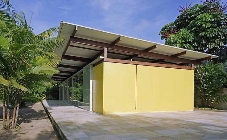 """A construção desta casa de 126m², na Barra do Sahy (São Sebastião SP), demorou apenas 5 dias. O """"corpo"""" da casa é de madeira jatobá, com telhas termoacústicas e a estrutura foi erguida sobre uma plataforma suspensa de concreto, revestida com pedra São Tomé."""
