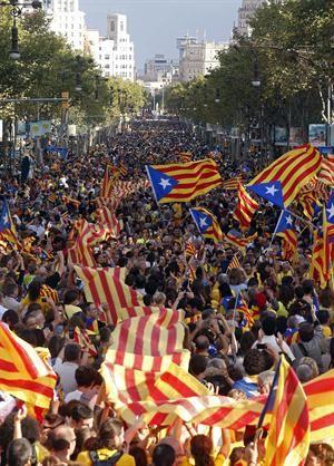 Una multitudinaria cadena humana recorrió Cataluña por la independencia - lanacion.com