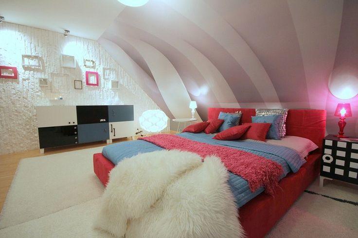 Sypialnia na poddaszu z fototapetą