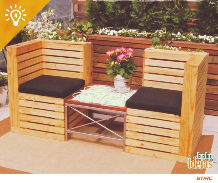 Você tem alguns pallets ou pedaços de madeira sobrando em casa? Inspire-se com esse projeto e faça um cantinho bem charmoso para curtir o seu jardim!