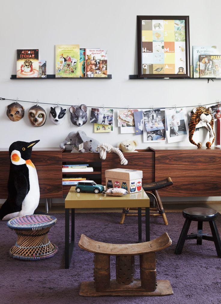 Pallarna är köpta i Thailand, Los Angeles, Shanghai och Tchad. Djurmasker från Tuss och pingvinen är...