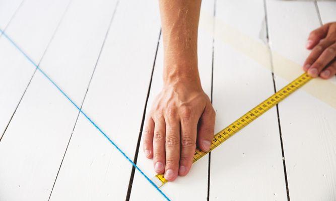 Rutete gulv er på alles lepper – og i mange retrokjøkken, bad og ganger. Her får du oppskriften på hvordan du maler rutegulv helt uten ujevne linjer eller rare hjørner.
