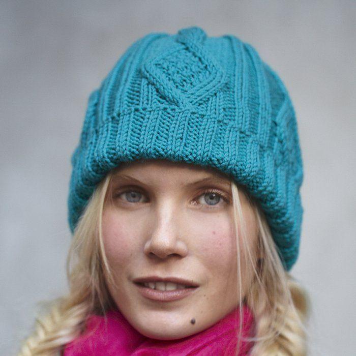 Un bonnet à torsades bleu turquoise