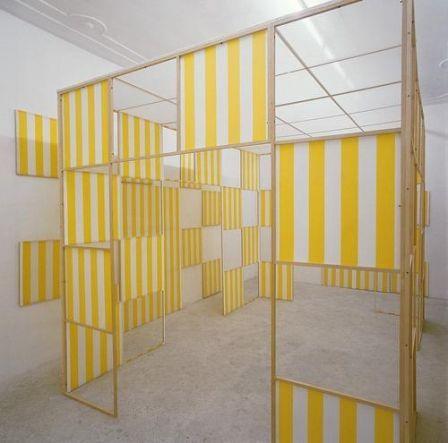 """Daniel Buren, Cabane éclatée n°6, Les Damiers, 1985, """"travail situé"""", réalisé chez Ugo Ferranti, à Rome."""