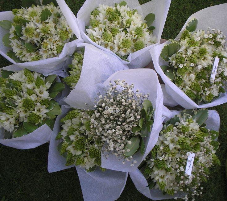 Felices de realizar la entrega del día de hoy. Bouquets de madrinas, damas de honor y paje citas.