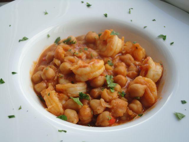 Garbanzos estofados con langostinos. Ver la receta paso a paso http://www.mis-recetas.org/recetas/show/46012-garbanzos-estofados-con-langostinos