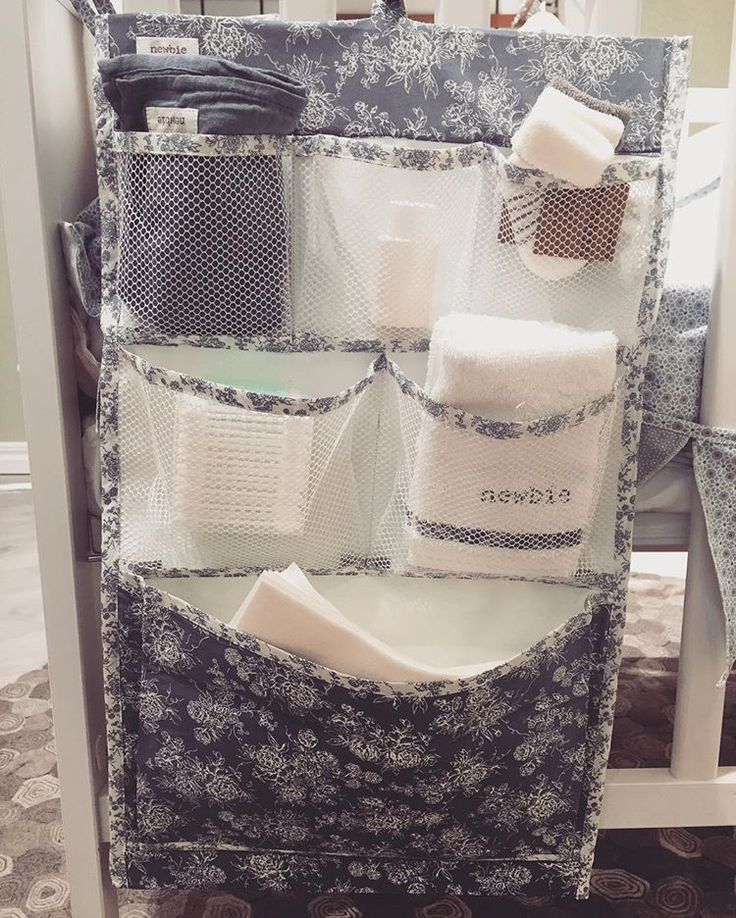 Här i kan man förvara blöjor, tvättlappar & div krämer. Smart att hänga vid skötbordet. #newbiebykappahl #newbiestore  #skötbädd #förvaring 👍
