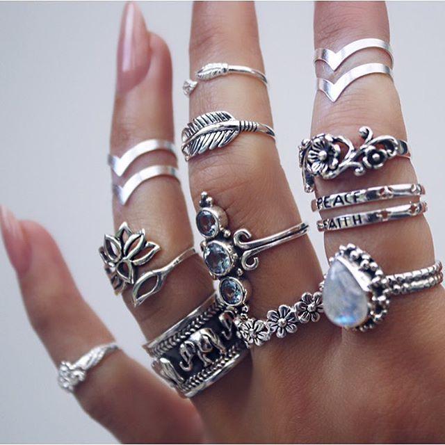Anéis de todos os tamanhos pra usar tudo junto kkk super fácil de achar.