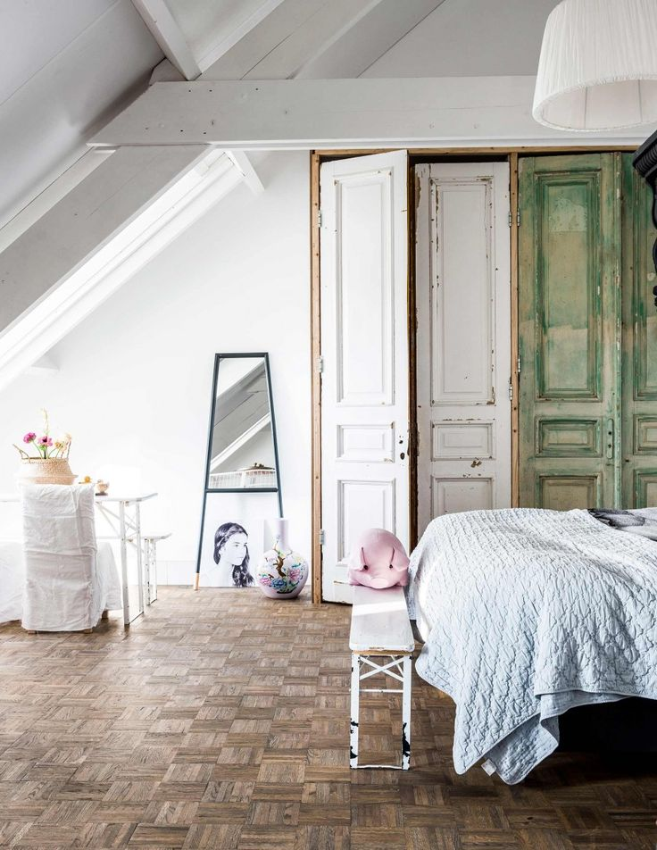 Slaapkamer met vintage deuren   Bedroom with vintage doors   vtwonen 10-2017   Fotografie Sjoerd Eickmans   Styling Moniek visser