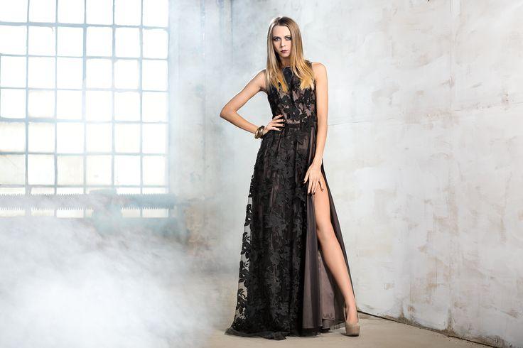 Długa, koronkowa suknia z rozcięciem. Long, lace dress with a cut. http://www.bee.com.pl/e-sklep/