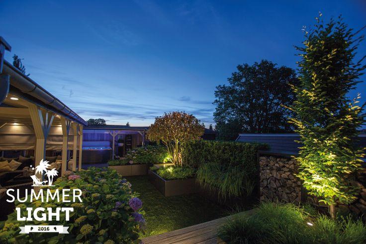In de reeks SUMMER LIGHTS deze sfeervolle tuin met daarin spot HYVE in de overkapping en buitenspot SCOPE die de struik en boom uit licht.