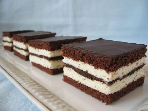 Egy újabb sütemény, ami a keretes tepsiben  készült. 24 kocka lesz belőle.  Hozzávalók: (38 X 25 cm-es tepsihez )  tészta ( 2 lap) :  6 to...
