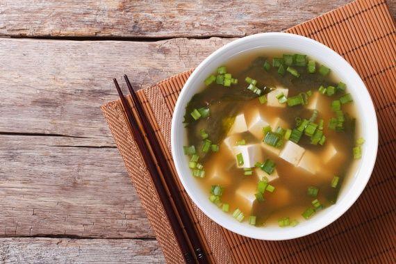 A misoleves egy japán étel, melyhez ma már mindent lehet Magyarországon kapni, és gyorsan elkészül. Tálanként nagyjából 25 kalóriát tartalmaz, sőt, béltisztító rostokat és anyagcsere-serkentő B12-vitamint is. Elkészítéséhez forralj fel egy liter vizet, adj hozzá egy lap szárított nori algát, hagyd öt percig főni, majd keverj három teáskanál misopasztát a vízbe. Keverd csomómentesre, majd adj a leveshez 120 gramm apróra vágott zöldhagymát, 100 gramm felkockázott tofut és ugyanennyi…
