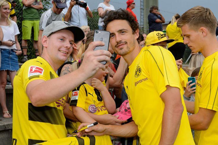Bad Ragaz Switzerland August 01 Thomas Delaney Of Dortmund Poses For A Selfie With A Supporter During The Boruss Ideias De Poses Dortmund Borussia Dortmund