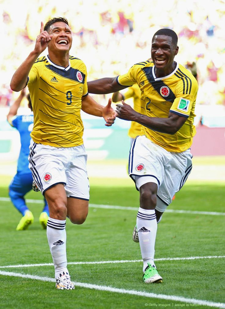"""Teofilo Gutierrez y Cristian Zapata celebran el gol de Teo, de regreso al «2014 FIFA Copa Mundo Brasil, """"todos en un mismo ritmo""""» [sábado, 14 de junio de 2014]."""