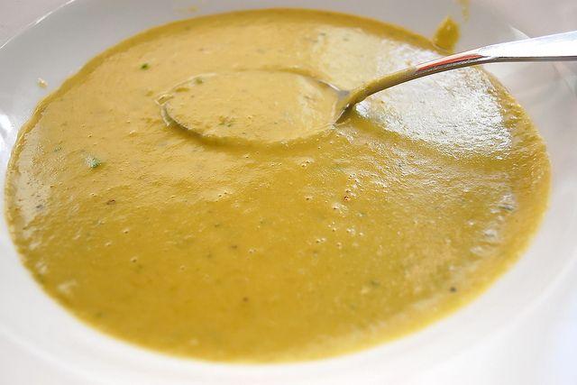 Această supă cremă de mei va fi cu siguranță pe placul celor mici și celor mari. Meiul este o sursă importantă de vitamine B și nu conține gluten!