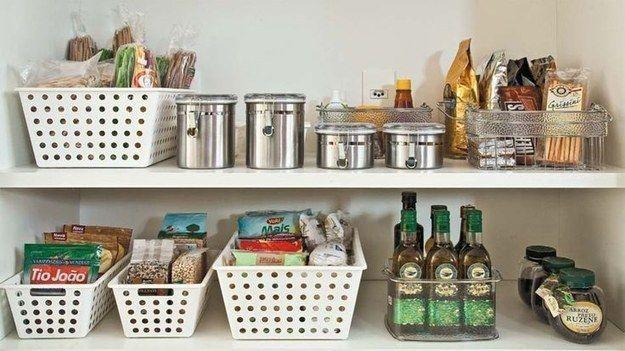 Cestos organizadores ajudam a agrupar embalagens e separar o que está aberto e fechado na despensa. | 25 truques de organização que vão mudar a cara da sua cozinha
