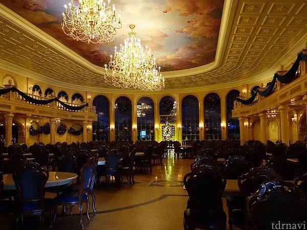 マジックキングダム(WDW)の「ビー・アワー・ゲスト・レストラン(Be Our Guest Restaurant)」の口コミ、評判、感想、メニュー、料金、写真、混雑具合をまとめています。映画『美女と野獣』のビースト城が再現された大人気レストラン。朝食、ランチはクイックサービス、ディナーはテーブルサービス。ディナーでは野獣とグリーティングでき...
