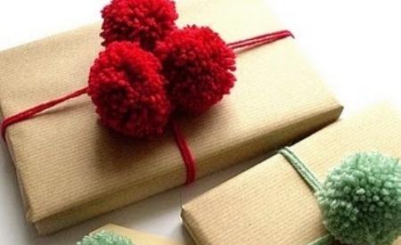 DIY - Cómo hacer pompones para envolver regalos