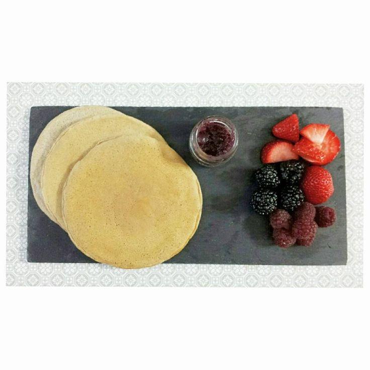 #Tortitas con clara de #huevo, harina de #avena y #canela... ríquisimas!!! y frutos rojos. para acompañarlas. #entulinea #adelgazar como a ti te gusta #ComiendoDeTodo con #salud #feliz
