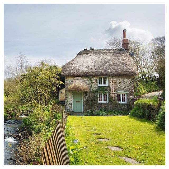 Thatched cottage in the English countryside.. blis…