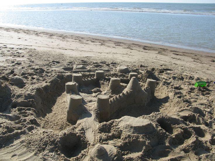 We bouwen een zandkasteel op het strand.
