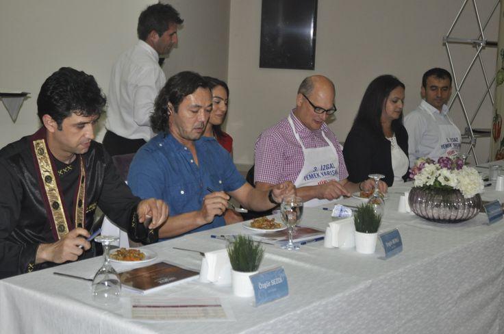 Profesyonel Juri Üyeleri yarışmacıların yemeklerini değerlendiriyor.