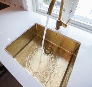 MATCHENDE: Vask og blandebatteri i messing.