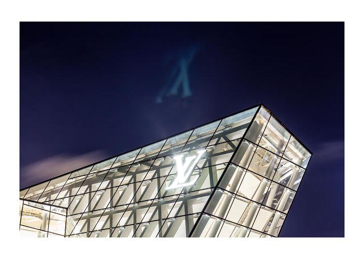 Louis Vuitton | a uniformbrand  #architecture #glass&steel #night #exterior #retail #starchitecture #Louisvuitton #LVMH #singapore
