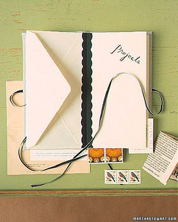 なるほど、封筒を製本して「領収書、リスト、ビジネスカード、クーポン券、切手、チケット」などをまとめて机の引き出しを整理すると♪ いいかも  http://www.marthastewart.com/266388/envelope-books