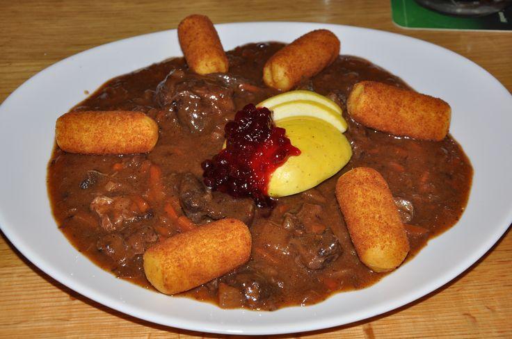 Goulash, típico da Croácia. Esse prato é um guisado de carne de vaca (ou de porco), temperado com cebola, azeite e páprica, que dá a coloração avermelhada.