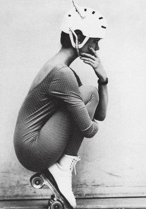 vintage roller girl. Le penseur
