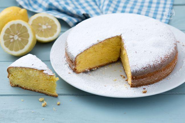 Il pan di limone è una torta morbida dal delizioso profumo agrumato: per realizzarla basta semplicemente  frullare insieme tutti gli ingredienti!
