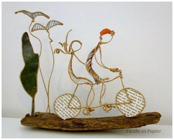 Voici le printemps qui revient ! Les oiseaux tournoient dans le ciel et chantent à tue-tête ! Quoi de plus agréable quune petite escapade en amoureux ... en tandem cest encore mieux ! Une petite scène comme un clin doeil à tous les amoureux de la petite reine ou ... du tandem ! Un