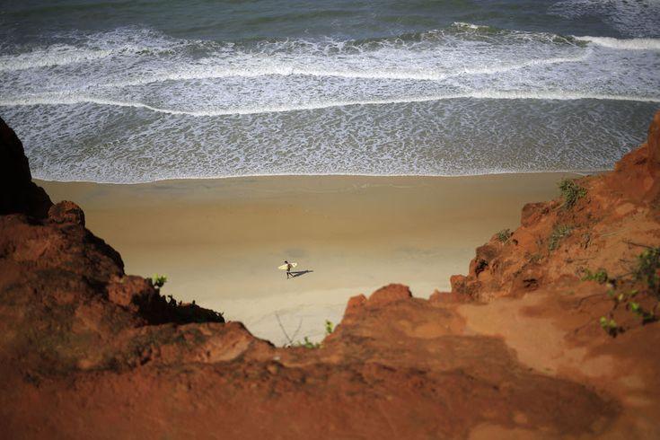 Tibau do Sul, Brasile Un surfista nella spiaggia di Cacimbinha. (AP Photo/Hassan Ammar)