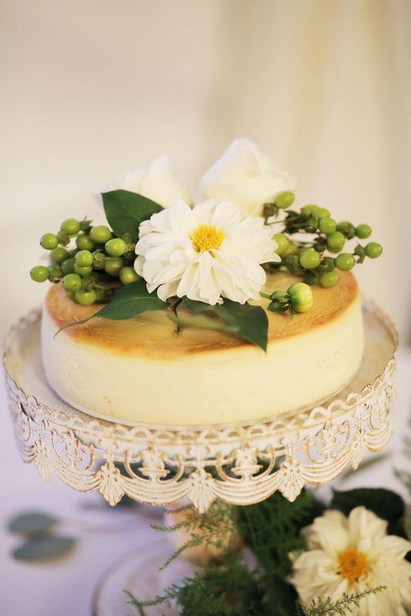 Hochzeits-Käsekuchen   Ganze Real Wedding auf http://www.hochzeitsplaza.de/real-weddings/amy-und-camerons-stilvolle-herbsthochzeit   Foto von Pepper Nix Photography   #herbsthochzeit #hochzeit #herbst #hochzeitstorte #cake! #grün #weiß