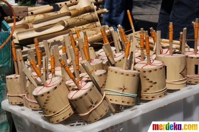 Gasing tradisional terbuat dari bambu. Mainan ini tampaknya masih sangat digemari anak-anak masa kini.