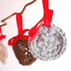 The most simple crochet Christmas ornament made from your old cut up t-shirts (+ pattern)