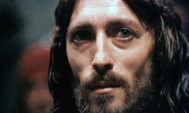 """""""Yo mismo, hermanos, cuando fuí a anunciarles el testimonio de Dios, no lo hice con gran elocuencia y sabiduría.   Me propuse más bien, estando entre ustedes, no saber cosa alguna -solo hablarles- de Jesucristo, y de este crucificado.""""   El apóstol Pablo en Primera de Corintios. 2: 2  -NVI-"""