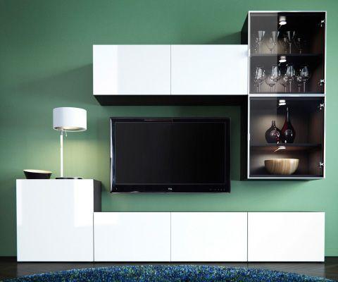BESTÅ tv-meubel en mediaopberger met witte en vitrinedeuren, witte tafellamp, rond blauw vloerkleed en groene wand