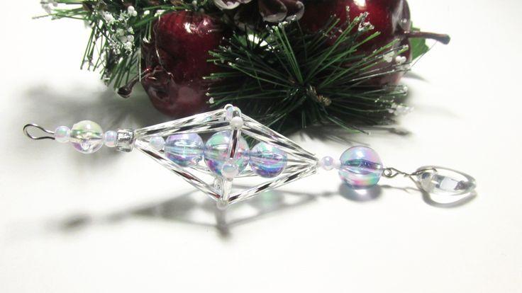 Vánoční ozdoba _ Vřeténko bílostříbrné Vánoční ozdoba . Použity kroucené tyčky , tyčky,rokajl,korálky bílé . Délka cca 12cm.Vhodné k zavěšení na stromeček , na větvičku. Krásný dárek :D
