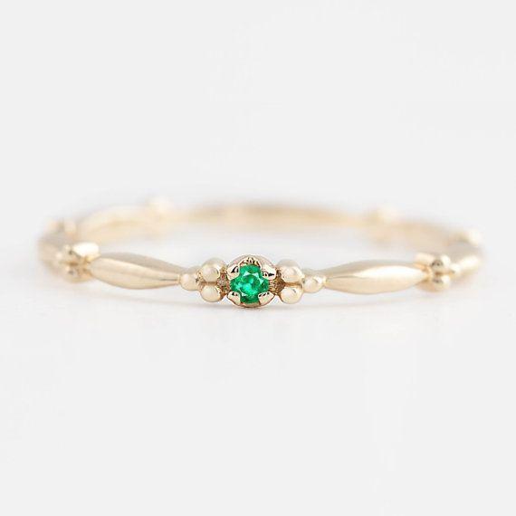 Einzigartige 14 k gold Smaragd Solitär-Ring. Dieser Ring ist anders als alle anderen, die Band hat alle interessantes Design um die macht dies einfach so anders als andere zierliche Ringe ring. Ein bisschen antikes Gefühl zu geben, machen diesen Ring große Versprechung Ring, Verlobungsring, sowie Geschenk für jemand besonderen.  Auch erhältlich in Ruby, White Diamond, Black Diamond, Champagner Diamant, Smaragd, blauer Saphir, rosa Saphir.  Beschreibungen :: Style-Name: Rubette Ring…