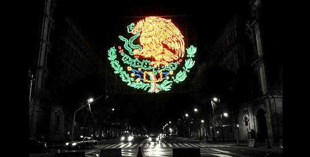 Escudo Nacional de Mexico. Luminaria en las Fiestas Patrias.
