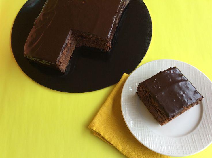 ¡Sachertorte! Austriaca, suave y chocolatosa. Con mermelada de melocotón en medio, lleva una parte de harina de almendras, y masa con chocolate fundido. Vas a amarla tanto como nosotros. Único tamaño (rectangular) 10-12 porciones $ 33.000